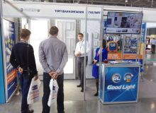 Консультанты компании Good Light проводят презентацию для посетителей