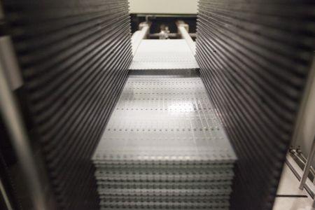 Загрузка печатных плат производится автоматически