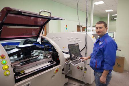 Далее плата поступает в станок, который с высокой точностью наносит паяльную пасту через трафарет на контактные площадки печатной платы