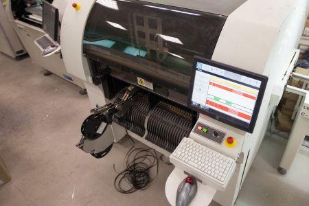 Автомат, с системой видеоконтроля, устанавливает светодиоды на печатные платы с высокой точностью и производительностью 20 000 компонентов в час