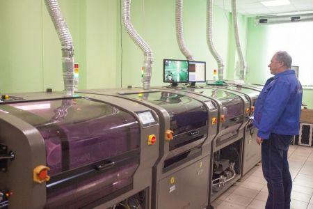 Для монтажа выводных радиодеталей используется установка пайки волной. Компьютерная система управления поддерживает рабочие режимы пайки в точно установленных значениях и предоставляет оператору необходимую информацию о происходящих процессах
